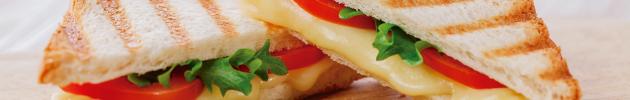 Sándwiches calientes en pan de pizza con guarniciòn