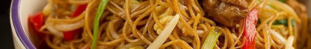 Chaw mien (fideos saltados)
