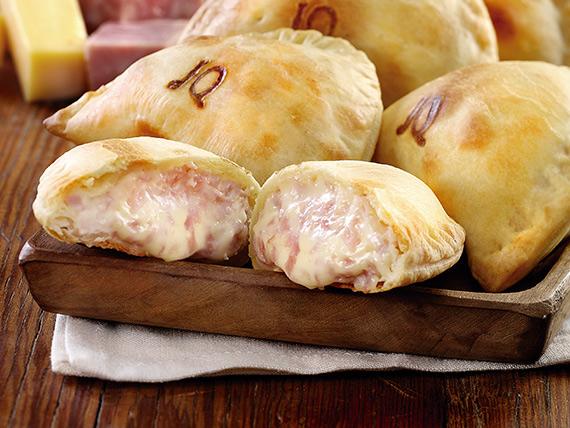 Empanada tradicional de jamón y queso