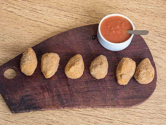 Croquetas de papa con salsa (5 unidades)