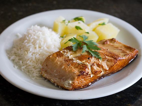Salmão com arroz branco e batata soutê
