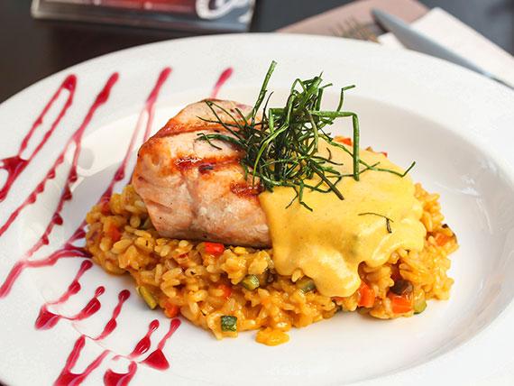 Risotto con salmón grillé