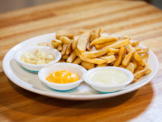 Papas fritas rústicas con salsa varias