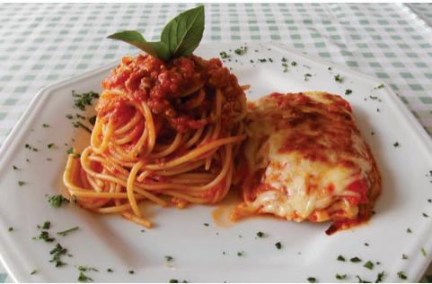 Spaghetti ao ragú de carne com filé à parmegiana