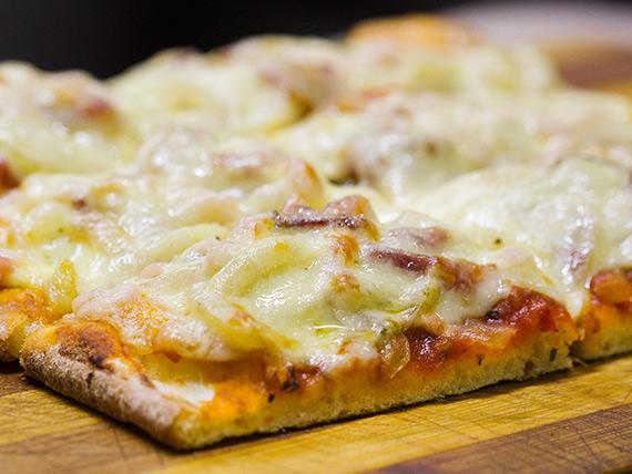 Porción de pizza fugazzeta