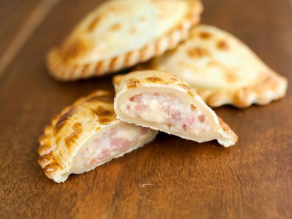 13 - Empanada de jamón y queso