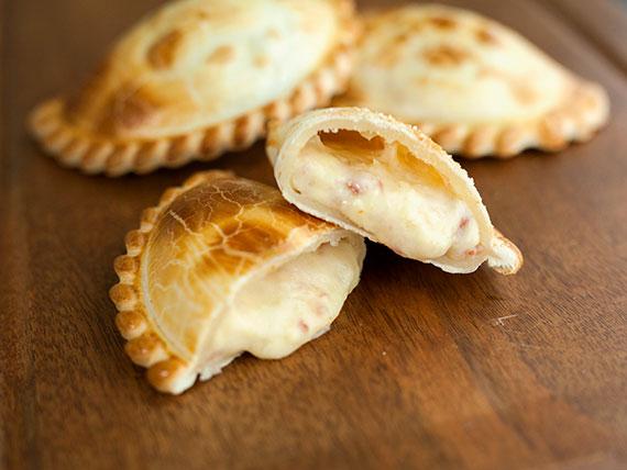 25 - Empanada de queso, cebolla y panceta